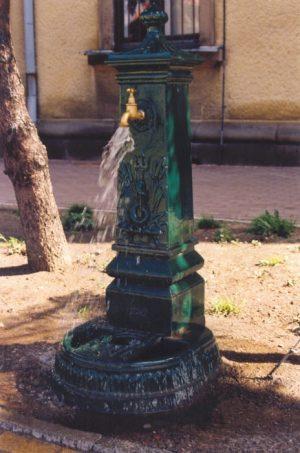 Zdrój do wody pitnej staromiejski ozdobny z żeliwa szarego lub żeliwa sferoidalnego w dowolnym kolorze RAL